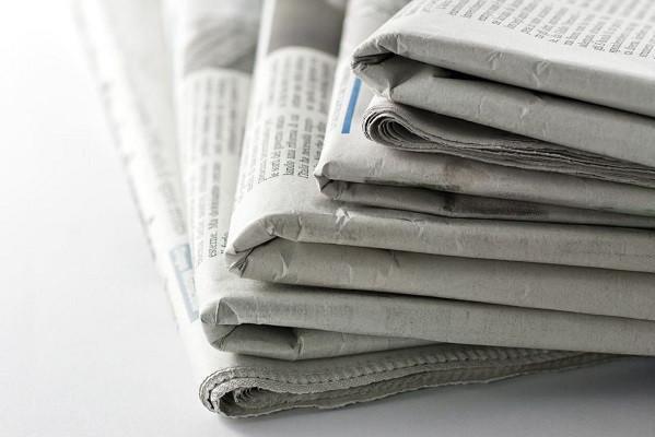 Чтобы придать газетной бумаге декоративную «старину», ее можно оставить на солнце на несколько дней